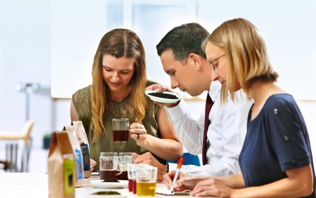 Josefine Branzk, Daniel Henkel und Manuela Hunger bei einer sensorischen Prüfung der tegut... Eigenmarken