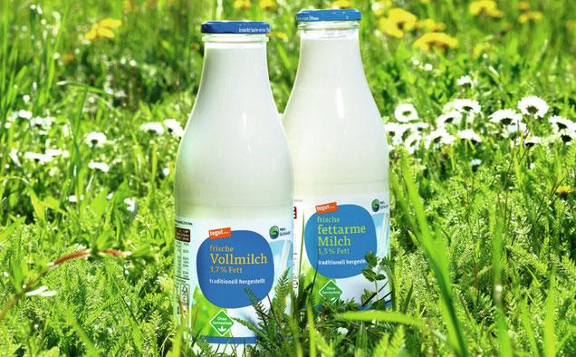 tegut Milchflaschen stehen auf einer Wiese