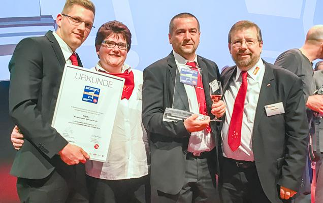 Thomas Fritzsche nimmt Auszeichnung entgegen
