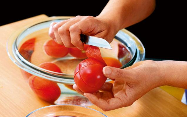 Tomatenhaut wird abgezogen