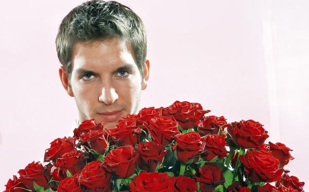 Mann mit Rosen in der Hand