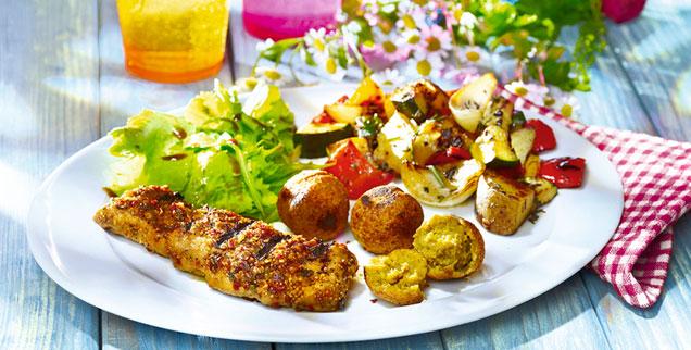 Teller mit veganen Grillspezialitäten