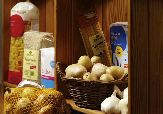Vorratsregal mit Lebensmitteln