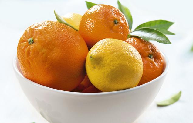 Zitrusfruechte in Schale