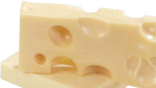 zwei Käsewürfel aufeinander liegend