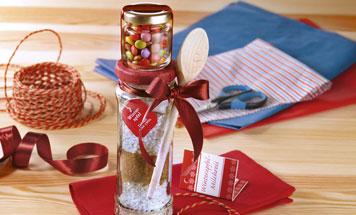 Winter Milchreis mit Schokolinsen im Glas als Geschenk verpackt